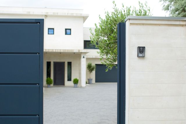 שערים חשמליים לבית - פתחו וסגרו את השער בלחיצת כפתור